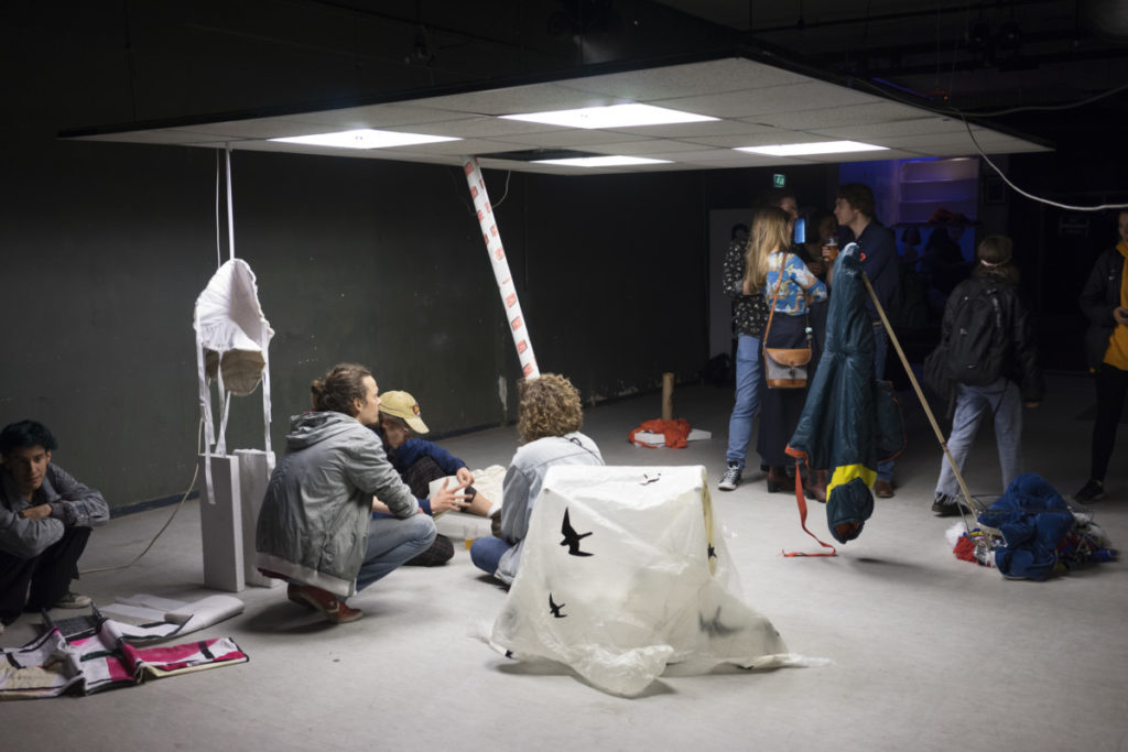 suspended ceiling office systeemplafond Squeeze, stuff, pull, pack. Pip expo kunst den haag